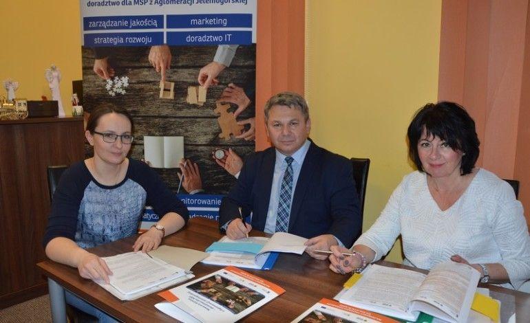 Fot. Robert Jagła, Prezes Zarządu FRW i Zdzisława Leszczyńska – Chruścik, Członek Zarządu FRW podpisali pierwsze umowy o wypłaty grantów dla MŚP